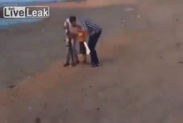 VIDEO: Väike poiss laseb reaktiivgranaadiheitjaga.