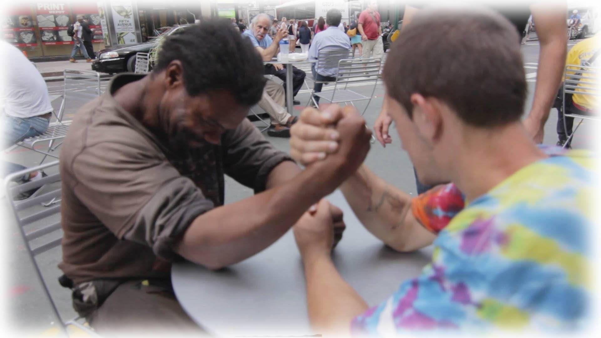 VIDEO: Kaks kodutut suruvad kätt - juhtub asi, mida on raske uskuda