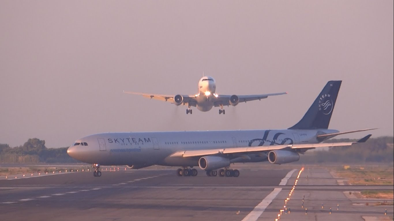 VIDEO: Napp pääsemine - tänu lennukipiloodi õigele ja kiirele tegutsemisele pääsesid paljud inimesed eluga