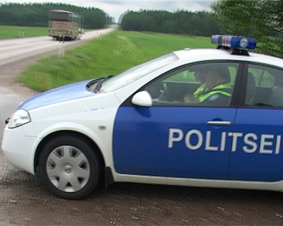 ANEKDOOT: Blondiin ületab kiirust. Politsei peatab ta kinni ning küsib juhiluba...