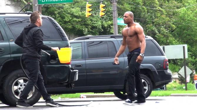 TÜNGAVIDEO: Vaata, mis juhtub, kui auto bensiinipaagist bensiini varastada