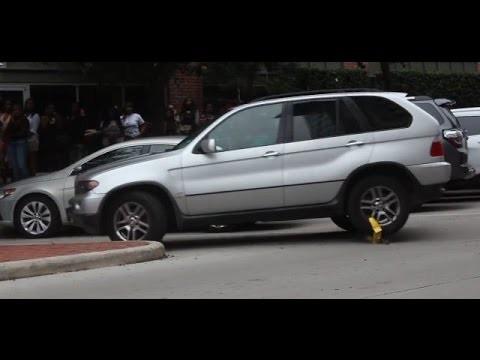 VIDEO: BMW-le paigaldatakse rattalukk, kuid juhti see ei huvita ning ta sõidab lihtsalt minema