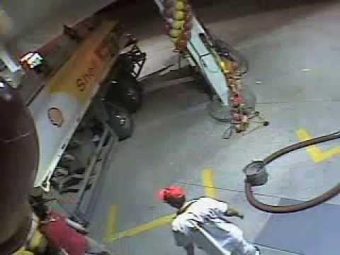 VIDEO: Mees vaatab palju kütust on kütuse tankeris välgumihkliga