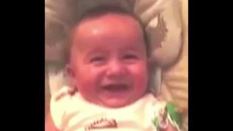 VIDEO: Väike beebi naerab nagu vana mees
