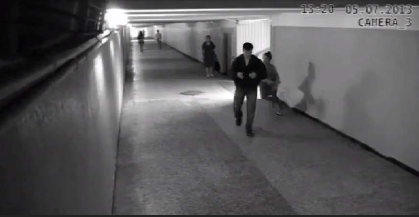 VIDEO: Mees röövib naist, kuid satub vale naise otsa - see mis juhtuma hakkab on ootamatu
