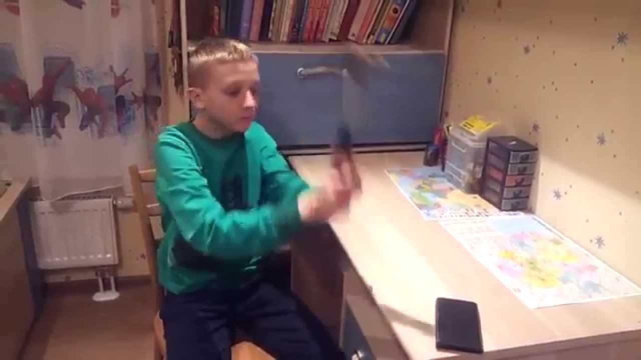 VIDEO: Halenaljakas - vene poiss teeb telefoniga ühe põneva katse