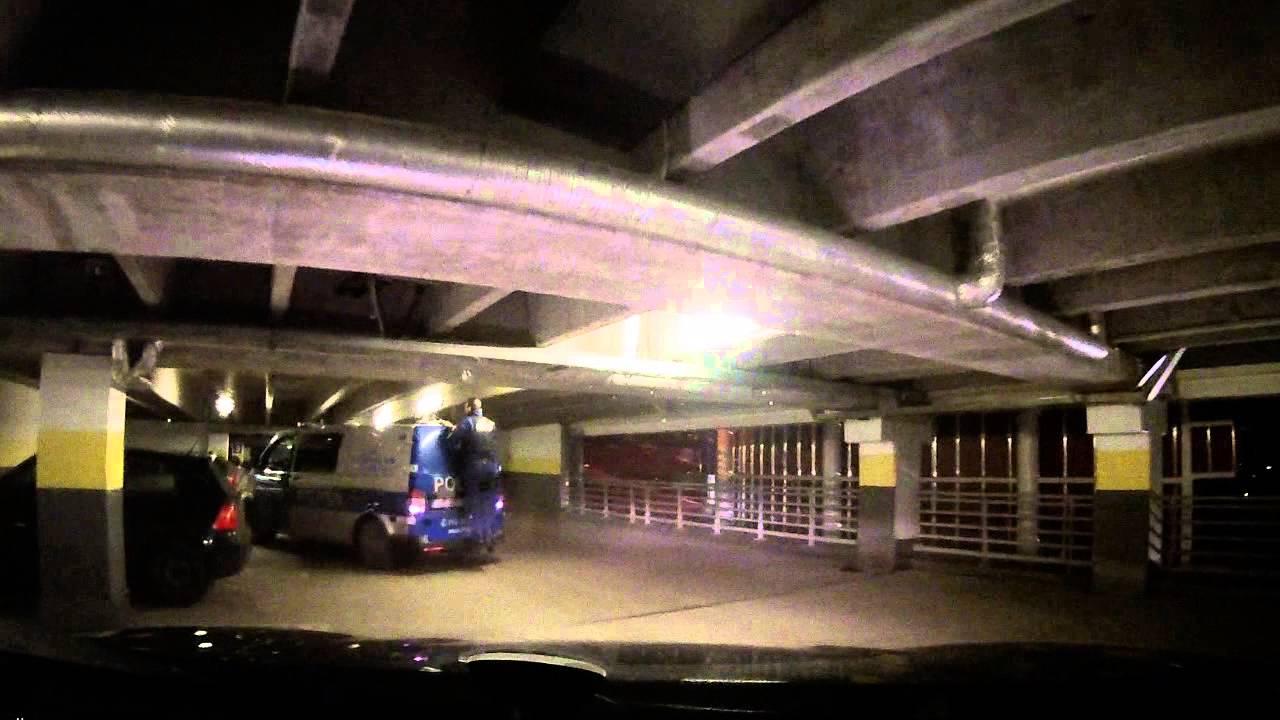 VIDEO: Politsei sõidab väljakutsele, kuid Kristiine keskuse parkla jääb bussile liiga madalaks