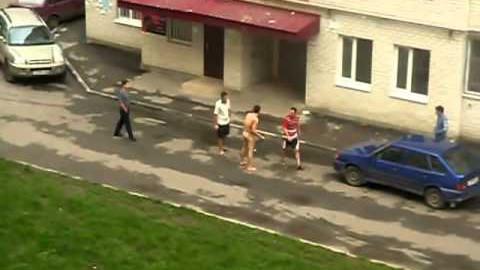 VIDEO: Segi kamminud Lasnamäe narkar hüppab paljalt auto katustel ja kakleb inimestega