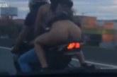 VIDEO: Naisel tõuseb seelik üles mootorrattaga sõites