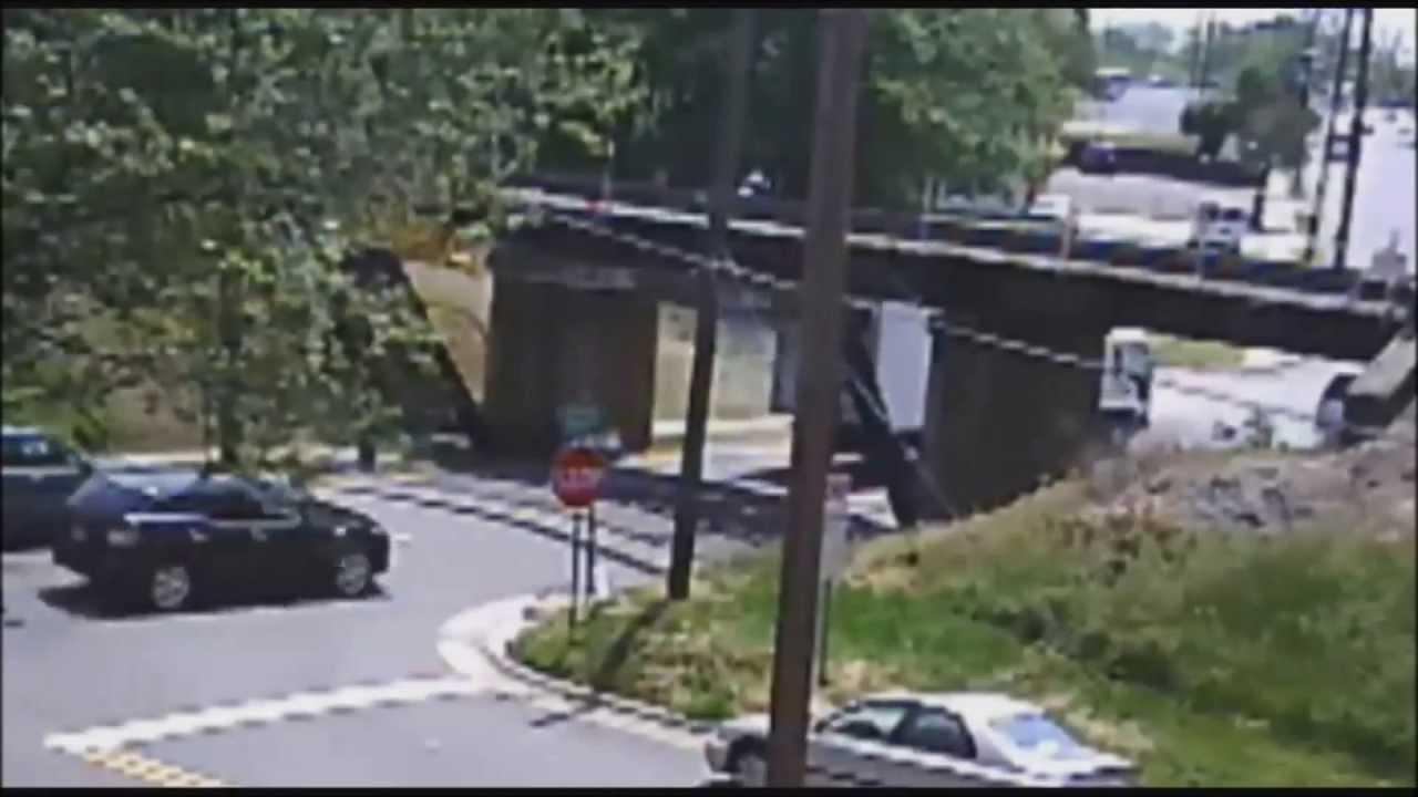 VIDEO: Karmid õnnetused - vaata, kuidas veoautod kabriolettideks muutuvad, kui sildade alt läbi sõidavad
