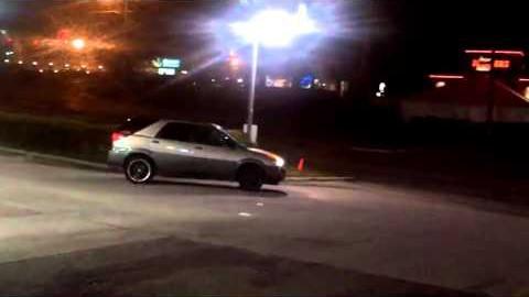 VIDEO: Väga hull andmine - naine sõidab mitmeid kordi bensiinijaamas valimatult inimestele ja autodele otsa