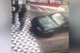 VIDEO – KARMA ÕPPETUND: naine, ära toeta võõra auto peale…