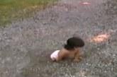 VIDEO: Laps hüljati vanemate poolt, kuna sündis jalgadeta. Hämmastav on aga see, kuidas see laps elus hakkama saab