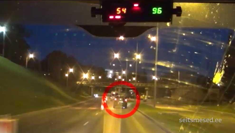 Pardakaamera video: suurel kiirusel põgenev roolijoodik põrkas kokku vastassuunast tuleva taksoga