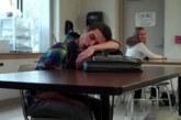 TÜNGAVIDEO: Õpilane jääb klassis magama – vaata, mis juhtuma hakkab