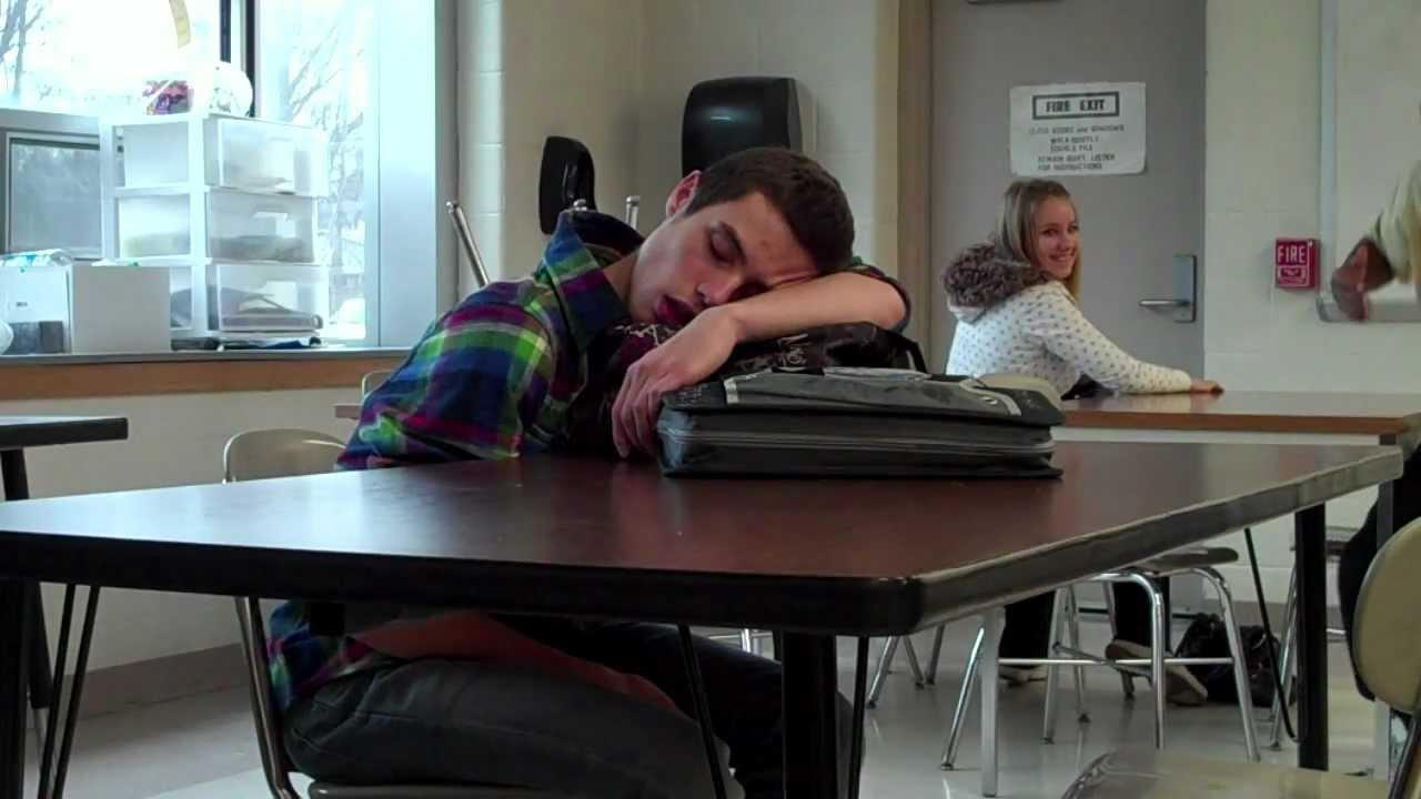TÜNGAVIDEO: Õpilane jääb klassis magama - vaata, mis juhtuma hakkab