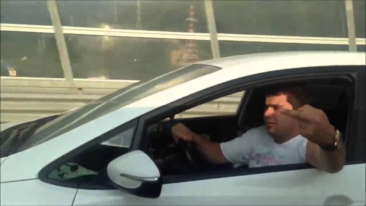 VIDEO: Endast välja läinud autojuht saab karmalt õppetunni