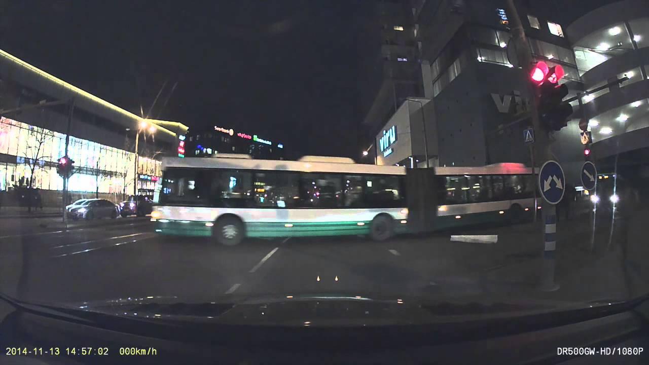 VIDEO: Viru keskuse juures kasutas politsei vilkureid, et rikkuda liikluseeskirju - ei viitsi ju ringiga minna