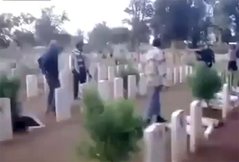 VIDEO: Moslemid peksavad sõdurite haudasid puruks