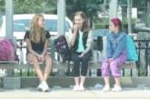 VIDEO: Kaks tüdrukut narrivad oma klassikaaslast – see, mis juhtub natukese aja pärast…