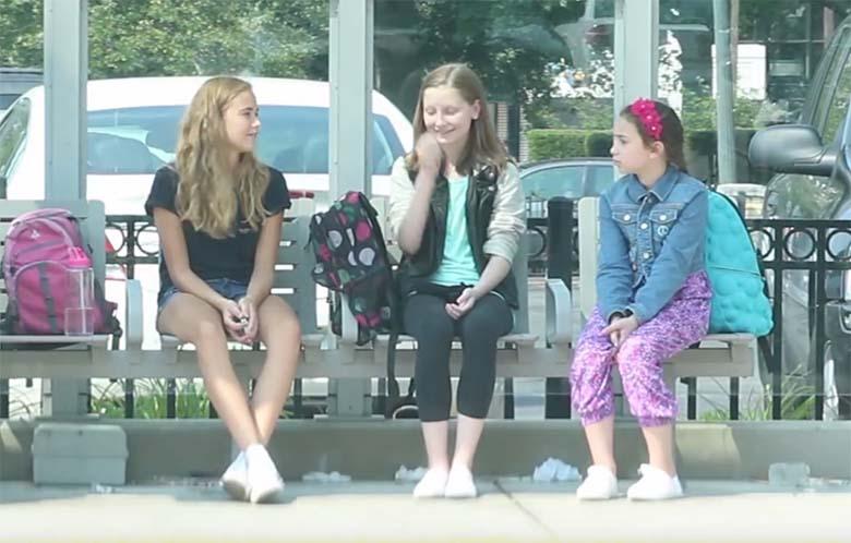 VIDEO: Kaks tüdrukut narrivad oma klassikaaslast - see, mis juhtub natukese aja pärast...