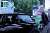 VIDEO: Naine üritab täpselt tankida – video lõpp on aga eriti koomiline