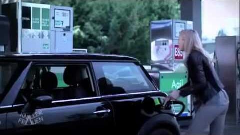 VIDEO: Naine üritab täpselt tankida - video lõpp on aga eriti koomiline