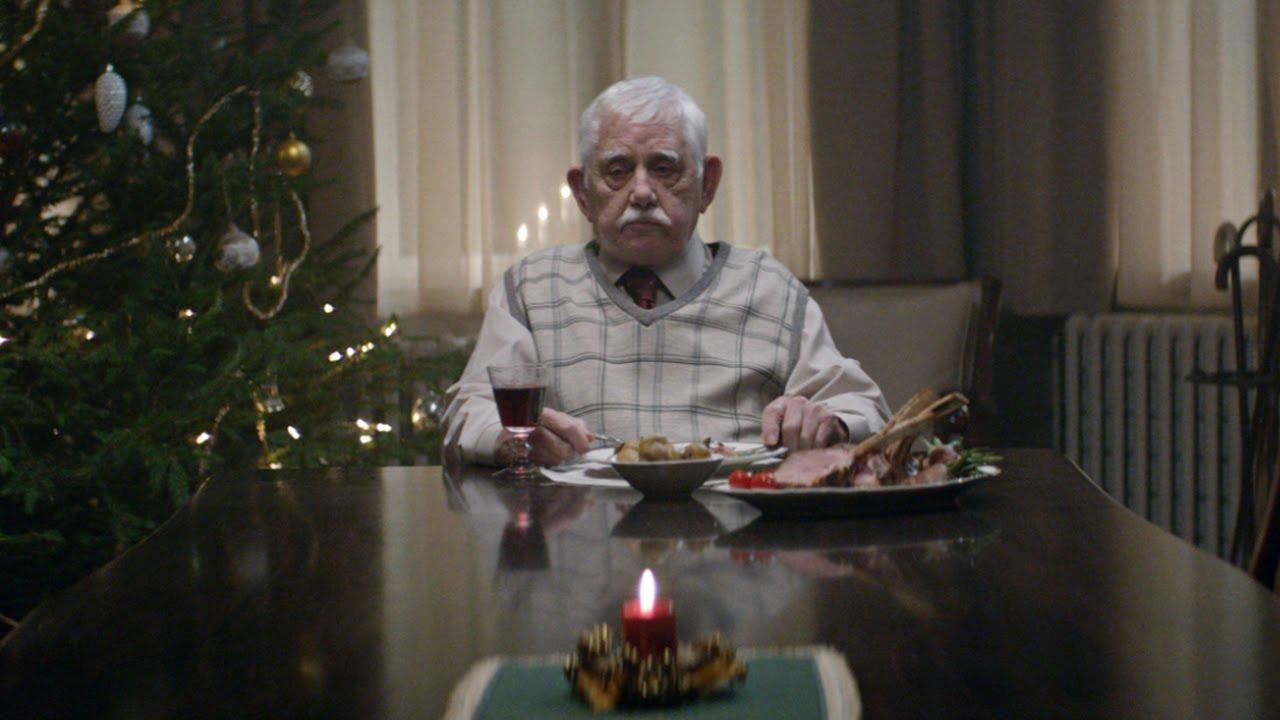 VIDEO: Isa ootas iga aasta jõulude ajal oma lapsi külla. Nad tulid kohale tema matustele… ja siis juhtus SEE!