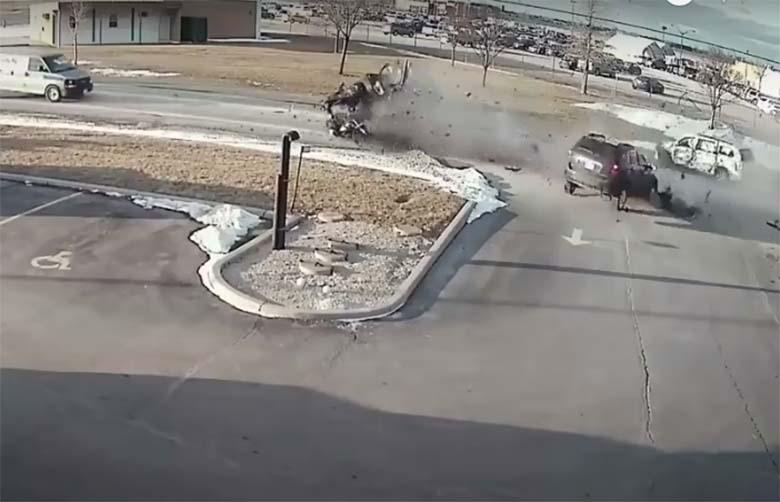 VIDEO: Kohutav avarii - mustas maasturis olev juht on ilmselt nii puruks, et keegi ei hakanud isegi ligemalt uurima
