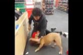 VIDEO: Kaks meest kaklevad kaupluses, kui ühtäkki hakkab koer peremeest ründama