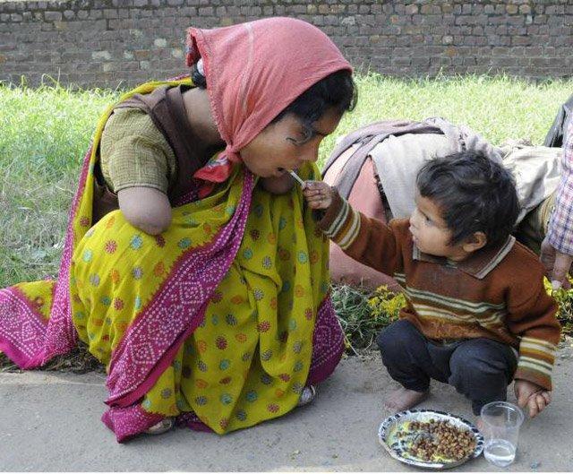 2-aastane tüdruk söötmas oma käteta ema