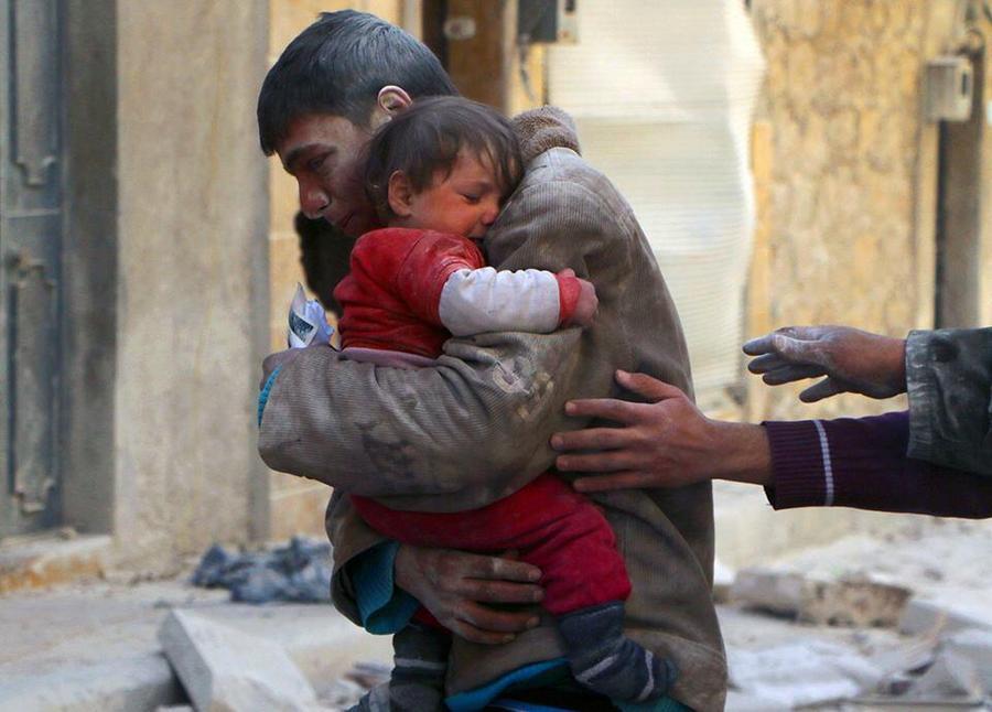 Mees. kes päästis oma õe pommitatud maja rusude vahelt Süürias