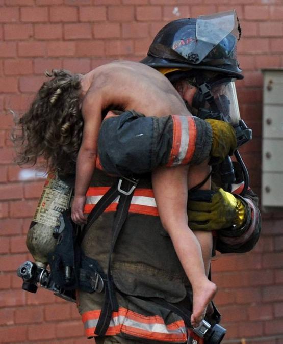 Tuletõrjuja päästmas väikest last