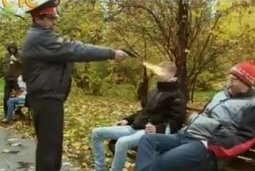 VIDEO: Miilits tulistab pargis alkoholi joonud inimese pihta…