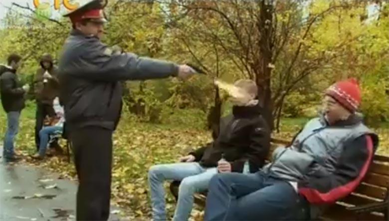 VIDEO: Miilits tulistab pargis alkoholi joonud inimese pihta...