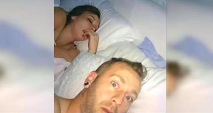 Mees teeb salaja foto oma tüdrukust, kui ta magab - vaata, mis on ta käes...