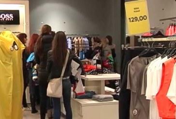 VIDEO: Eesti sooduskampaaniad: 250 eurosed jakid, 170 eurosed käekotid, 70 eurosed teksapüksid ja rahvas hullub!