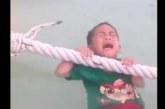 VIDEO: Väike laps on vees ja nutab surmahirmus! Keegi samal ajal naudib vaatepilti ja filmib – järsku aga juhtub…