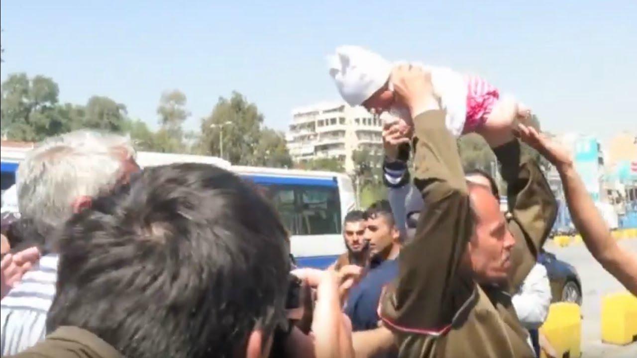 VIDEO: Kohutav metslane – raevunud pagulane ähvardab politseid visata imikuga