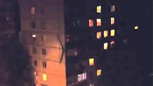 VIDEO: Venemaal tabati väga veider olend, kes ronib mööda maja seina