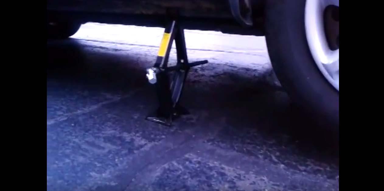 VIDEO: Üks väga kiire ja nutikas viis, kuidas oma auto üles tõsta rehvivahetuseks