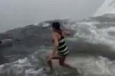 VIDEO: Uskumatu hulljulgus – inimesed naudivad kõrget ja kiire vooluga koske