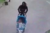 VIDEO: APPI, KUI JUBE – Ema lükkab beebi vankri ära sealt, kuhu kukub betoonist kamakas, mis tabab tema pead