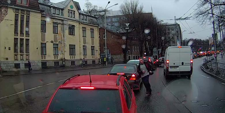 VIDEO: Järjekordne liiklusraev Tallinna kesklinnas – ohtlike manöövreid teinud autojuht vehib rusikatega