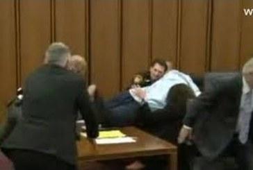 VIDEO: Isa ründas kohtusaalis oma tütre vägistajat ja tapjat