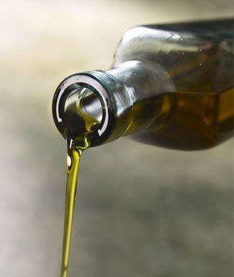 2011. aastal läbi viidud uuringust leiti, et 65aastased ja vanemad inimesed, kes regulaarselt kasutavad oliiviõli (nii küpsetamisel kui kastmetes) olid 41% vähem tõenäolised saama südameataki osaliseks võrreldes nendega, kes kunagi oliiviõli oma toidus ei kasuta. Kasutage või asemel natuke oliiviõli, nõristage seda pastatoitudesse, salatitesse või juurviljadele, ning nautige selle kõrgeid mono- ja polüküllastumata rasvaineid.
