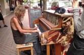 VIDEO: Kodutu mees hakkab tänaval klaverit mängima – hämmastav, kui hästi ta seda teeb