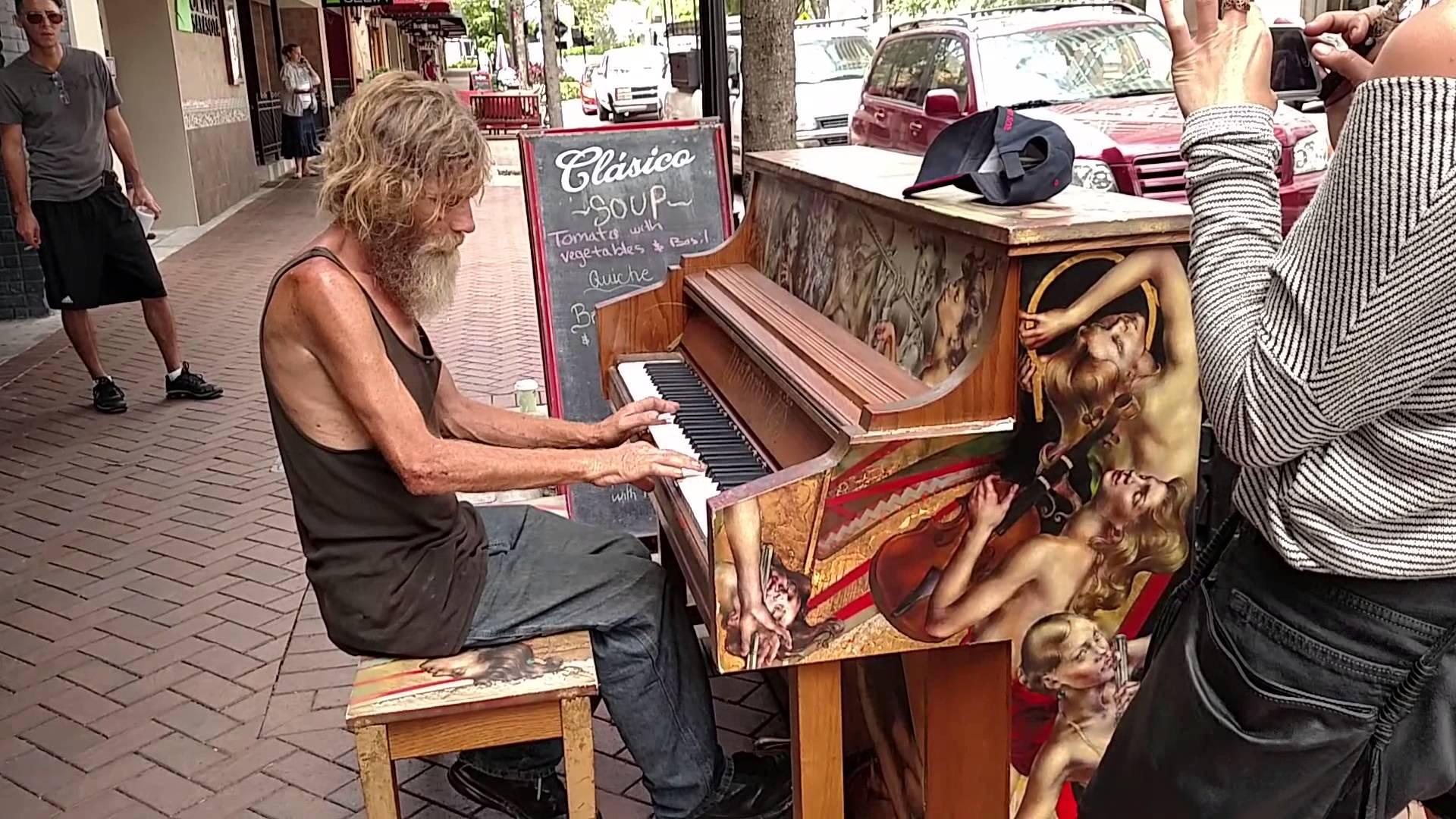 VIDEO: Kodutu mees hakkab tänaval klaverit mängima - hämmastav, kui hästi ta seda teeb