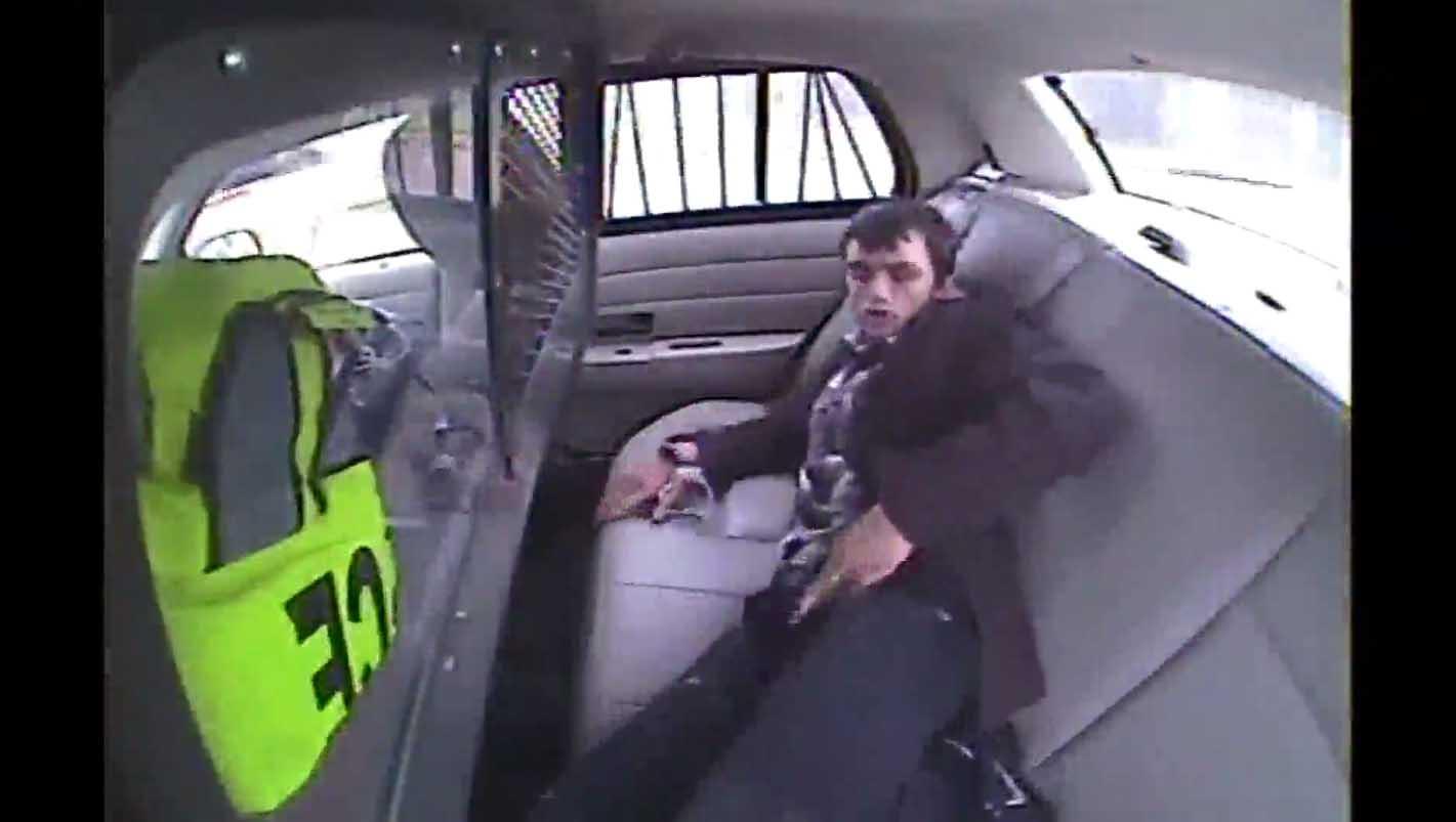 EKSTREEMNE VIDEO: Kinnipeetud noormees lendab avariisse sattunud politseiauto aknast välja