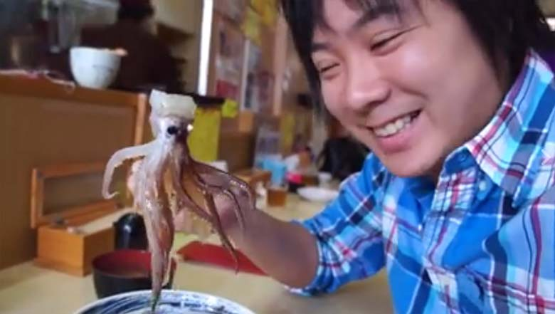 VIDEO: Vaata, kuidas see tüüp sööb elusat kaheksajalga, kes liigutab ja piinleb valudes